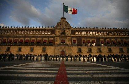 México.- López Obrador enseña los planos de su nueva casa en el Palacio Nacional