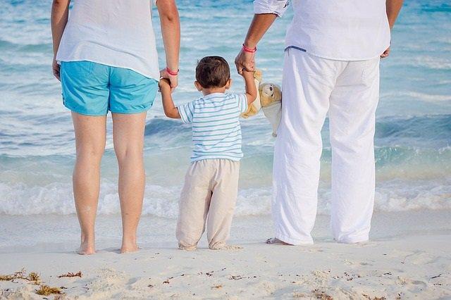 Familia, padres e hijo, bebé, playa, verano, abuelos y nieto.