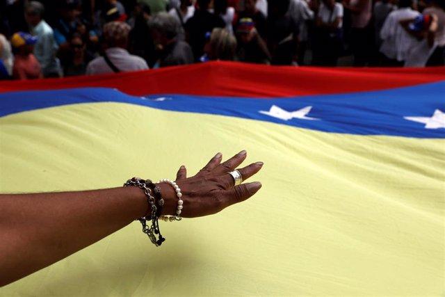 Imagen de la bandera venezolana durante una protesta contra el Gobierno de Nicolás Maduro en Caracas