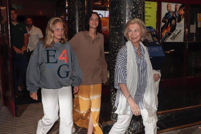 La Reina Sofía disfruta de 'El Rey León' con sus nietas mayores