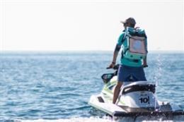 Uno de los repartidores en moto acuática.