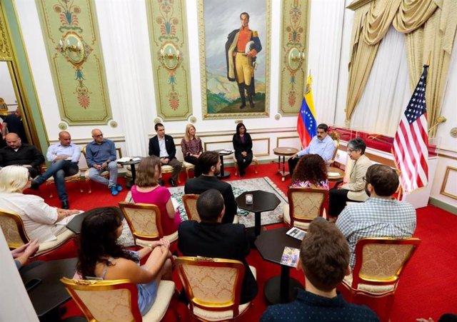 El presidente venezolano, Nicolás Maduro, se reúne en el Palacio de Miraflores con los activistas estadounidenses que ocuparon la Embajada en Washington