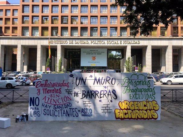 Acto de reivindicación de varias asociaciones frente al Ministerio de Sanidad, denunciando que los casos de exclusión sanitaria se siguen produciendo en España pese al Real Decreto-Ley aprobado el año pasado para recuperar la universalidad