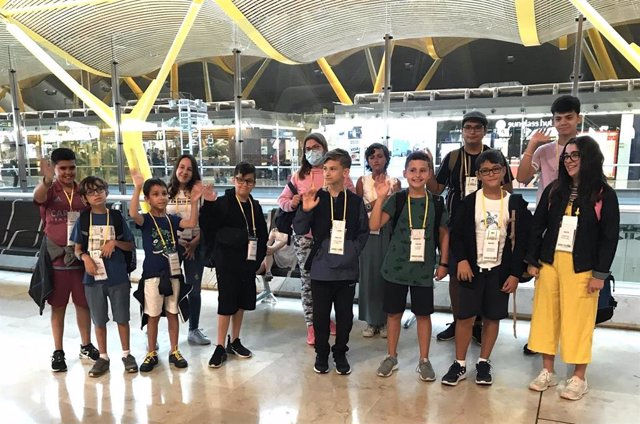 Algunos de los niños de la Fundación Aladina en el Aeropuerto de Barajas rumbo a Irlanda