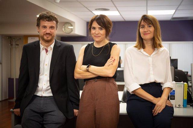 Els periodistes Cristina Font, Minaia Llorca i Rubèn González en la redacció d'Europa Press Catalunya