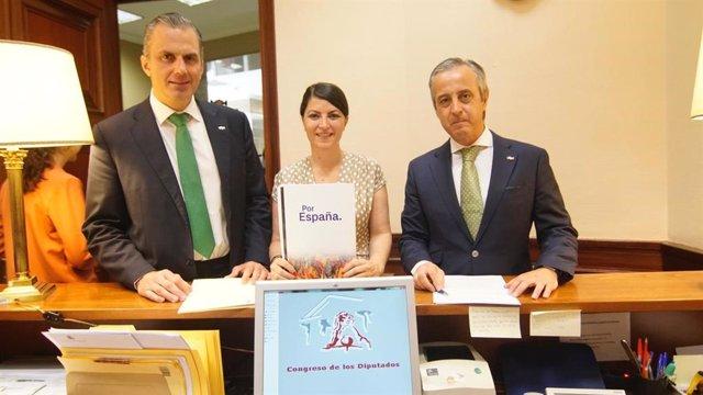 El secretario general de Vox, Javier Ortega Smith, la secretaria del grupo de Vox en el Congreso, Macarena Olona, y el diputado por Valladolid, Pablo Sáez