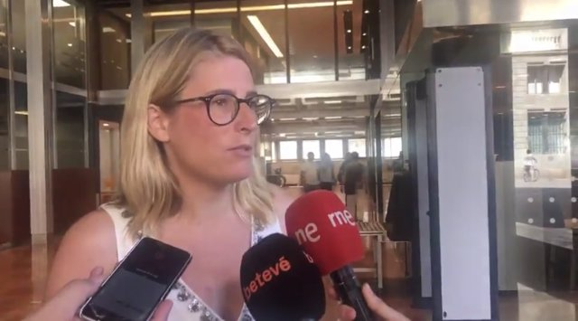Elsa Artadi en una atenció als mitjans