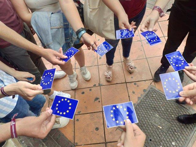 Estudiantes, portando banderas de la Unión Europea por el Día de Europa.