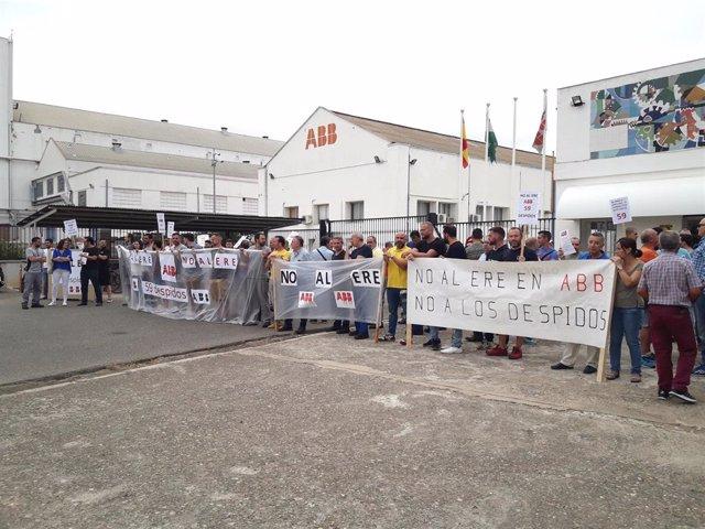 Concentración de los trabajadores de ABB ante la factoría de Córdoba en una imagen de archivo