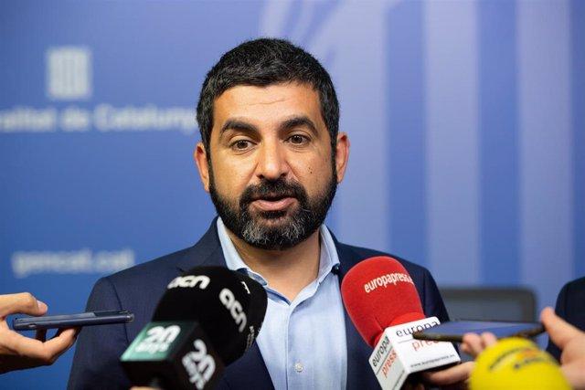 El consejero de Asuntos Sociales de la Generalitat, Chakir el Homrani, atiende a los medios de comunicación tras la constitución del nuevo Consell del Treball Autònom de la Generalitat de Catalunya.