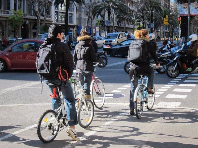 Tres Ciclistes En Un Carril Bici De Barcelona