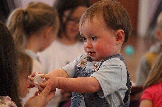 Bebé en la guardería con su cuidadora.