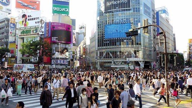 Muchas personas cruzando la calle en Japón. Multitud. Gente.