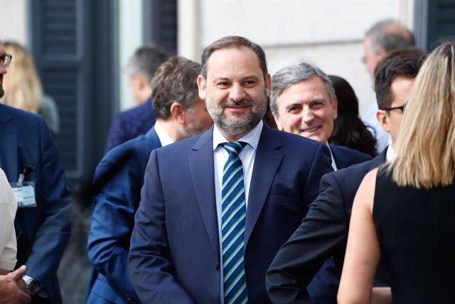 El ministro de Fomento en funciones, José Luis Ábalos, llega a la primera sesión del debate de investidura del candidato socialista a la Presidencia del Gobierno.