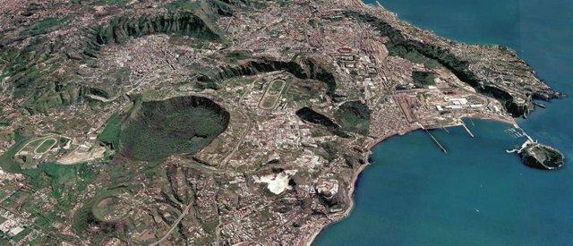 Múltiples cráteres volcánicos cubren el 'Campi Flegrei' cerca de Nápoles (Italia)