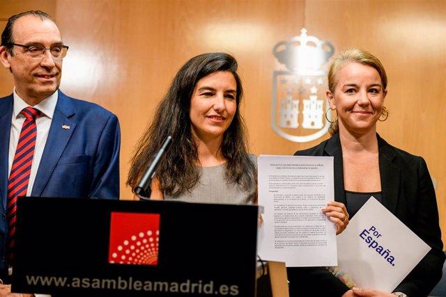 La portavoz de Vox en la Asamblea de Madrid, Rocío Monasterio (c),  presenta el documento definitivo para apoyar la investidura de la candidata del PP como presidenta de la Comunidad de Madrid. En la rueda de prensa le acompaña la diputada de VOX en en