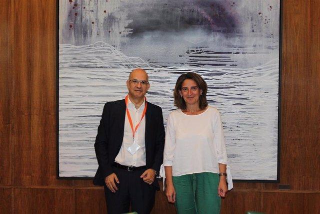 El presidente de UNEF, Jorge Barredo, y la ministra para la Transición Ecológica, Teresa Ribera