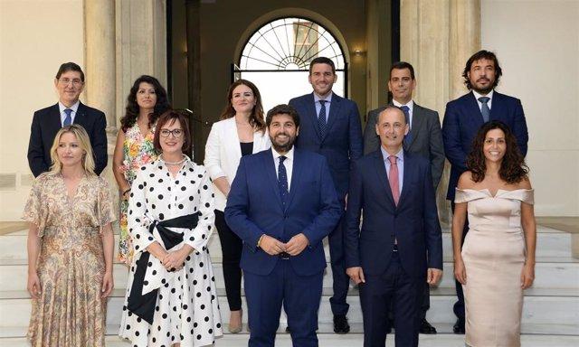 El jefe del Ejecutivo regional, Fernando López Miras, ha presidido el acto de toma de posesión de los consejeros del Gobierno regional antes de presidir la primera reunión del Consejo de Gobierno.