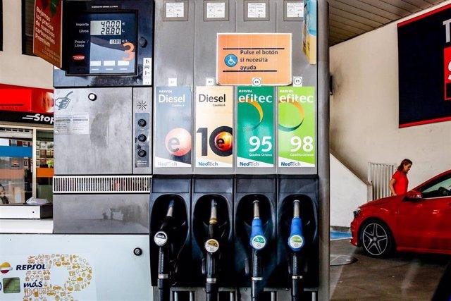 Mangueras de una máquina expendedora de carburante en una gasolinera de Madrid.