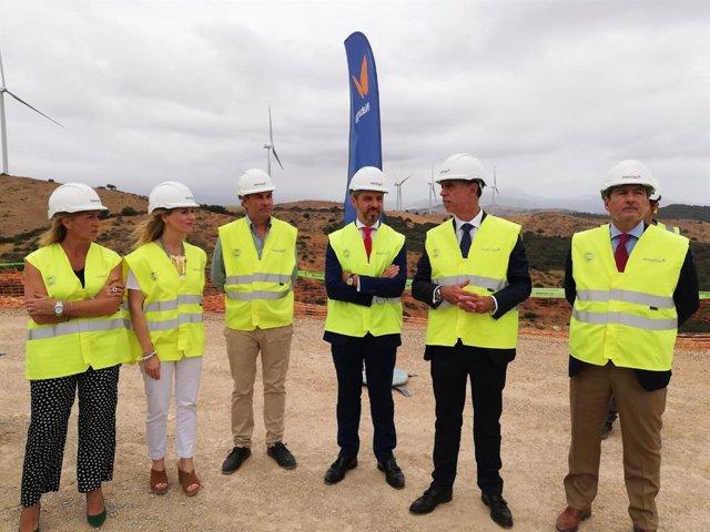 Juan Bravo junto con representantes de la empresa Naturgy en San Martín del Tesorillo