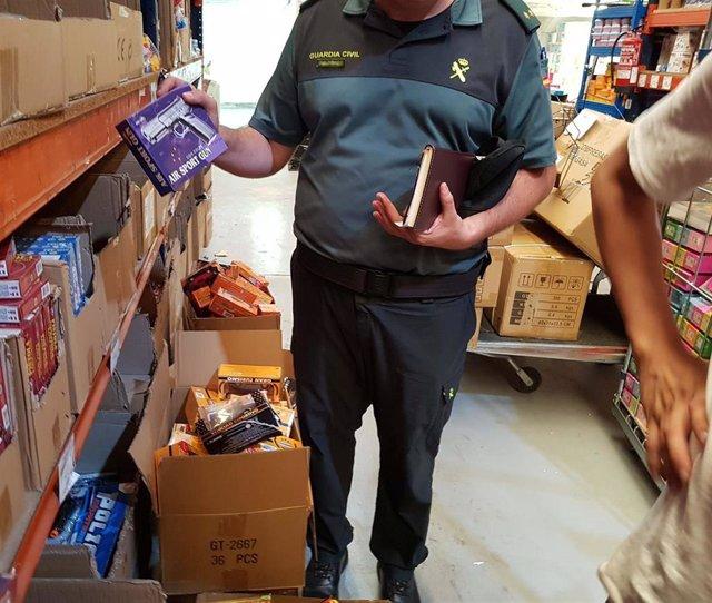 Agente de la Guardia Civil con una arma requisada airsoft