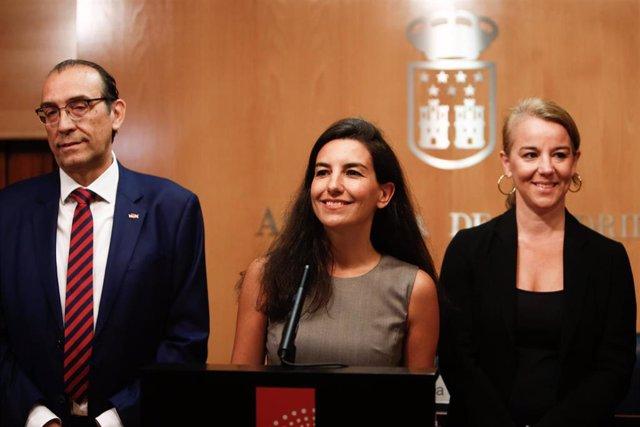 Acompañada de su equipo, la  portavoz de Vox en la Asamblea de Madrid, Rocío Monasterio (c) durante una rueda de prensa en la Asamblea.