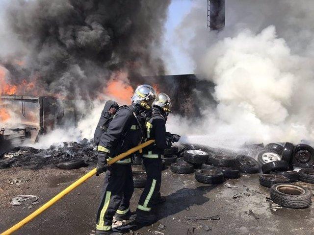Una chatarrería situdada en la calle Puerto de Pajares, 11 en el municipio de Leganés se ha incendiado este jueves.