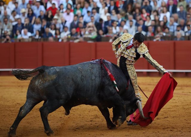 Corrida de abono de la Feria de Abril en la Real Maestranza de Sevilla. Naturales  del diestro Emilio de Justo. en su primero de la tarde.