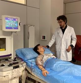 El doctor Pere Barba con una paciente durante aféresis