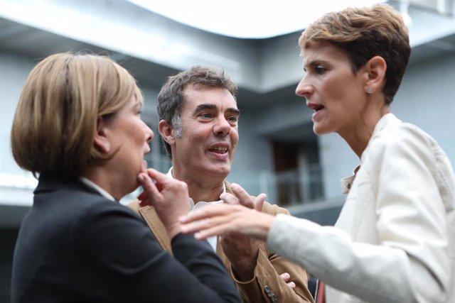 La secretaria general del PSN y candidata del partido a la Presidencia de Navarra, María Chivite (d), habla con el secretario general de Podemos Navarra, Eduardo Santos, y la jefa del Ejecutivo foral de Navarra en funciones y líder de Geroa Bai, Uxue Ba
