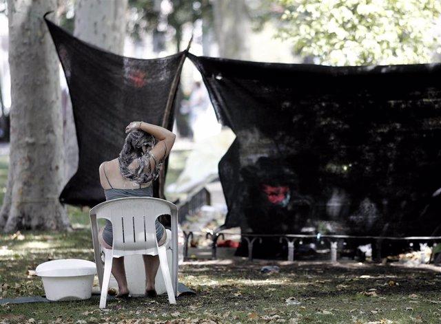 Imagen de recurso de una de las personas 'sin techo' acampada en el Paseo del Prado.