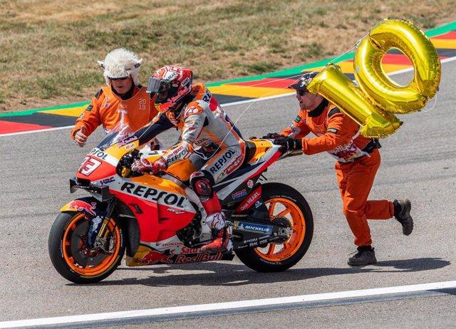 Marc Márquez celebra su victoria en el Gran Premio de Alemania 2019