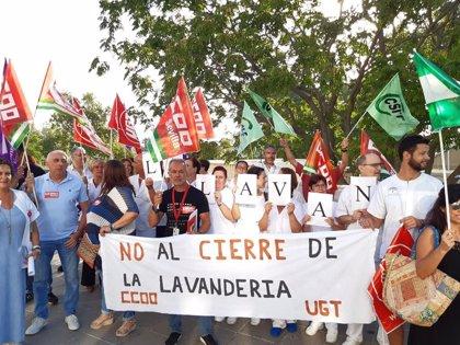 """CCOO y UGT se concentran por el cierre de la lavandería del Hospital Valme y su """"privatización encubierta"""""""