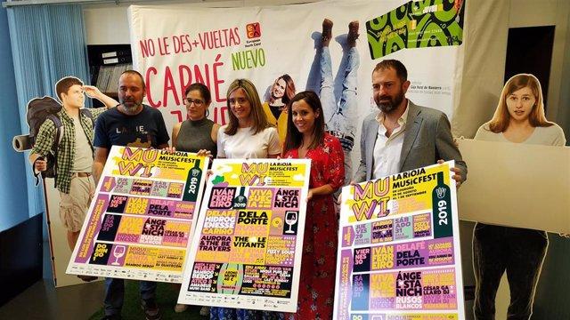 El promotor de MUWI, José Luis Pancorbo,  y la directora general de Justicia, Interior y Juventud, Cristina Maiso, junto a otros participantes y organizadores del festival MUWI, en la rueda de prensa