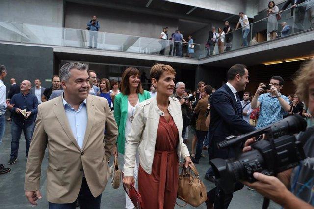 La secretaria general del PSN y candidata del partido a la Presidencia de Navarra, María Chivite, llega al Parlamento de Navarra para la primera sesión del debate de su investidura, acompañada del secretario Ejecutivo de  Coordinacion Territorial del PS