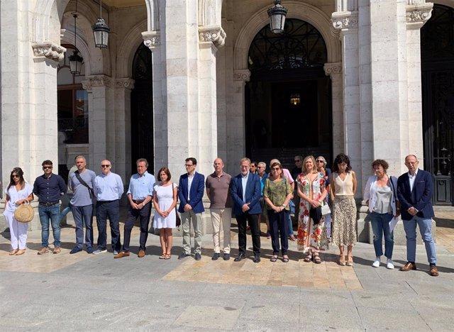 Concejales del Ayuntamiento de Valladolid guardan un minuto de silencio por la mujer asesinada en un nuevo caso de violencia de género en Villagonzalo Pedernales (Burgos).