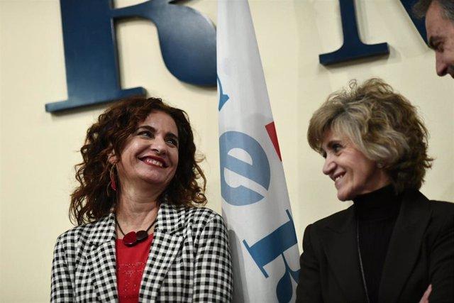 La ministra de Hacienda, María Jesús Montero, sonríe al expresidente del Gobierno, José Luis Rodríguez Zapatero, ante la atenta mirada de la ministra de Sanidad, María Luisa Carcedo, durante el acto de entrega de los Premios CERMI.es 2018, en la sede del
