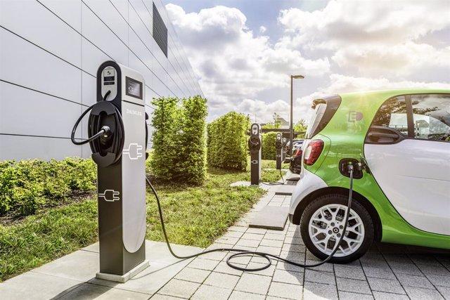 Vehículo eléctrico recargando (Smart eléctrico)