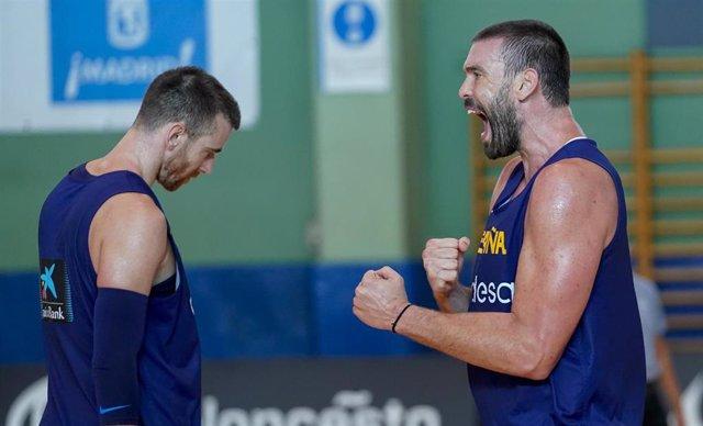 Marc Gasol celebra ante Víctor Claver en un entrenamiento de la selección española de baloncesto