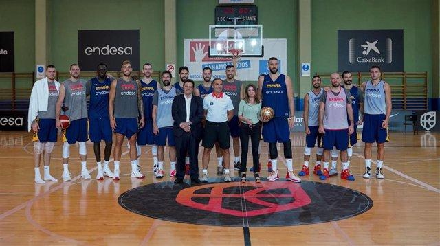 Andrea Levy posa con Sergio Scariolo y los internacionales de la selección española de baloncesto