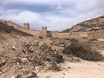 El Ayuntamiento de Almería limpia y retira escombros en la zona del Parque de La Hoya, a los pies de La Alcazaba