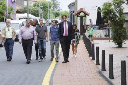 Gochicoa visita las obras de regeneración del casco urbano y anuncia una nuevo parque infantil en la zona del Ris