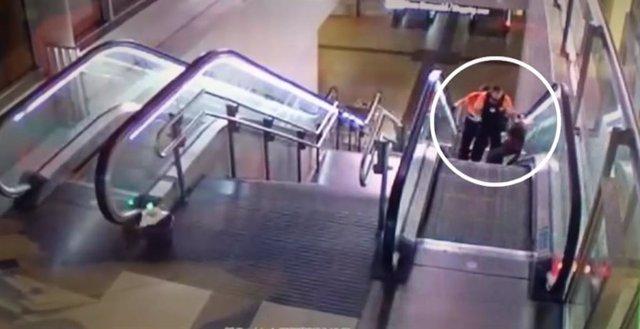 Captura del vídeo difundido por la Sexta donde se ve a dos vigilantes de Metro propinar una paliza a un hombre de raza negra.