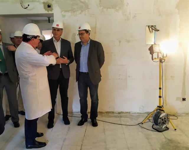 El consejero de Sanidad de la Comunidad de Madrid en funciones, Enrique Ruiz Escudero (i), y el alcalde de Leganés, Santiago Llorente (d), visitan las obras del Hosptal Severo Ochoa.