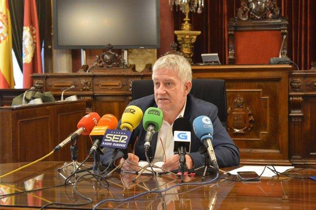 El portavoz de Democracia Ourensana (DO), Miguel Caride, en rueda de prensa.