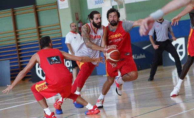 Ricky Rubio intenta penetrar defendido por Sergio Llull en un entrenamiento de la selección española de baloncesto
