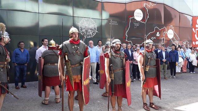 Un 'escuadrón' romano abre paso a la alcaldesa gijonesa, Ana González, y a la comitiva de la presentación del stand de Gijón en la Fidma