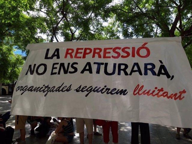 Pancarta desplegada por manifestantes ante la Ciutat de la Justícia por la detención de activistas independentistas.