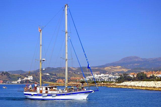 Barco velero ocio estepona mar ciudad vacaciones verano turismo turistas