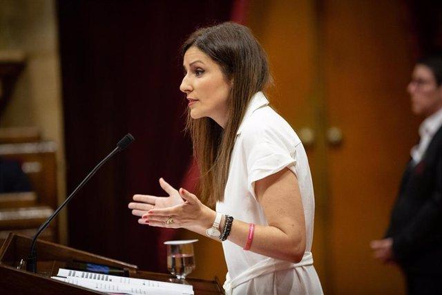 La diputada y portavoz de Ciudadanos, Lorena Roldán, interviene desde la tribuna en una sesión del Parlamento de Cataluña.